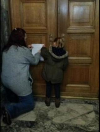 little girl knocking on washington state congress doors photo